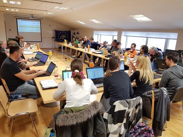 Il team del progetto si riunisce in una riunione del gruppo direttivo